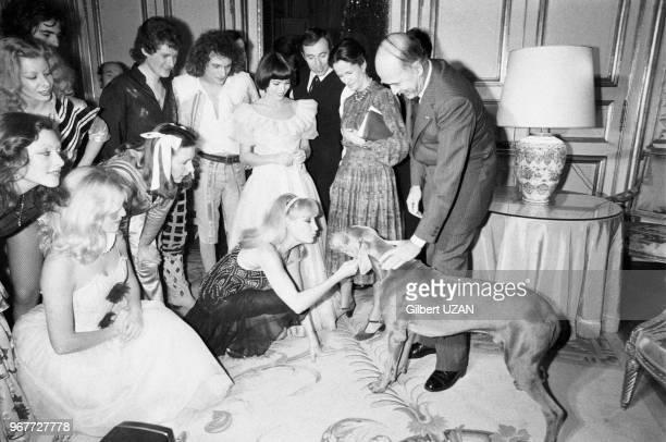 Le président Valéry Giscard d'Estaing accompagné de son épouse AnneAymone avec notamment Mireille Mathieu lors du Noël au palais de l'Elyséeà droite...