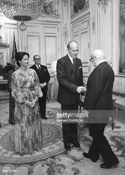 Le président Valéry Giscard d'Estaing avec son épouse AnneAymone accueillent Edgar Faure lors d'une soirée au Palais de l'Elysée avec au centre...