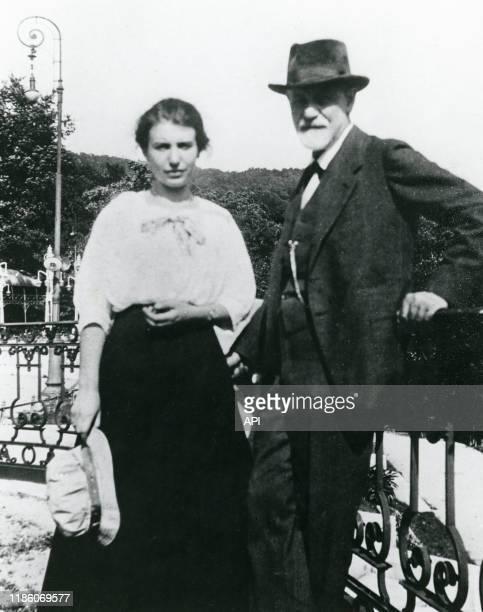 Le psychanalyste autrichien Sigmund Freud avec sa fille Anna en 1920 pendant le congrès de La Haye PaysBas