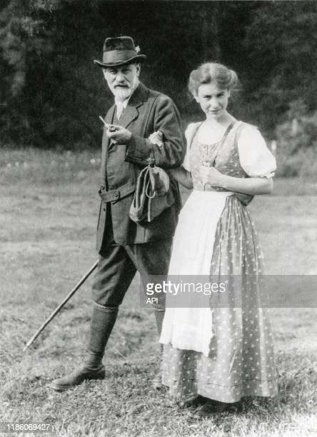 Le psychanalyste autrichien Sigmund Freud avec sa fille Anna Freud dans les Dolomites en 1913 Italie