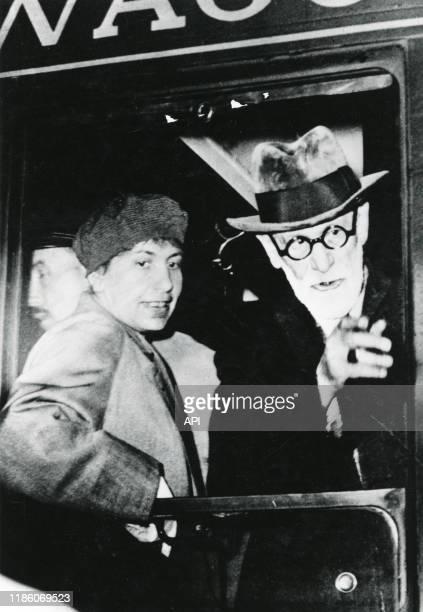 Le psychanalyste autrichien Sigmund Freud avec sa fille Anna à la fenêtre d'un train à Paris en 1938 France