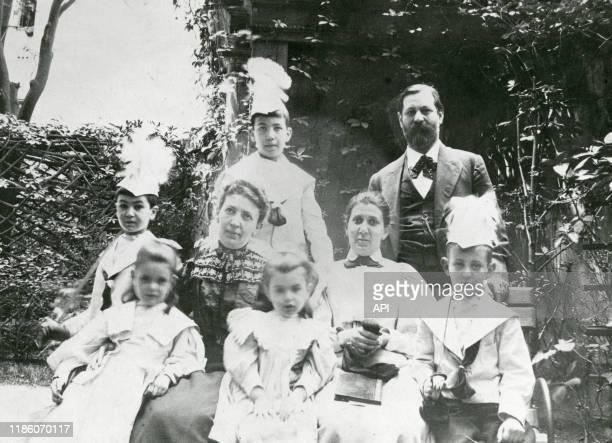 Le psychanalyste autrichien Sigmund Freud avec son épouse Martha sa bellesoeur Minna Bernays et ses enfants Oliver Ernst Ludwig Sophie Anna et Martin...