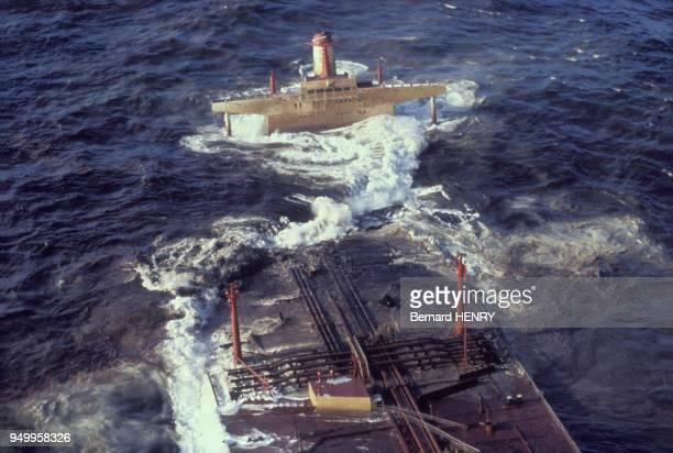 Le pétrolier Amoco Cadiz s'échoue au large de la ville de Portsall en Bretagne entraînant une catastrophe écologique majeure en mars 1978 en France