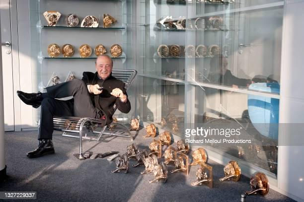 Le publicitaire et homme d'affaires Jacques Seguela dans son bureau parisien en 2012 parmi ses nombreux trophées notamment des Lions Cannes qui...