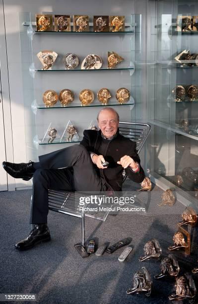 Le publicitaire et homme d'affaires Jacques Seguela dans son bureau parisien en 2012, parmi ses nombreux trophées notamment des Lions Cannes qui...