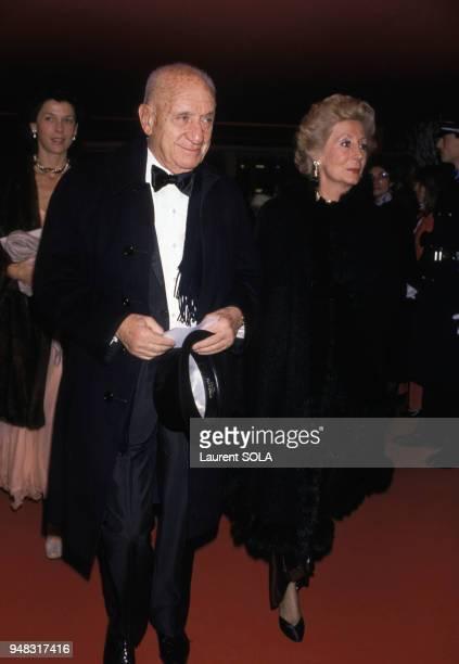 Le publicitaire Marcel BleusteinBlanchet et son épouse lors d'une soirée au Moulin Rouge le 1er décembre 1986 à Paris France