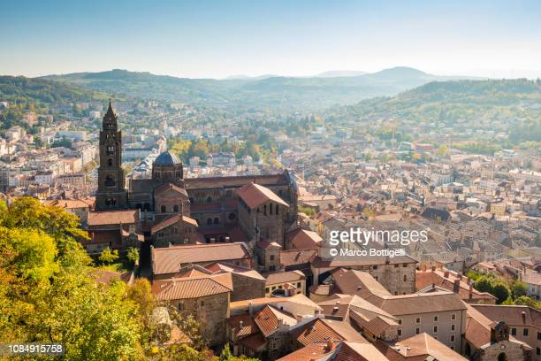 le puy cathedral and cityscape, le puy-en-velay, france - ルピュイ ストックフォトと画像