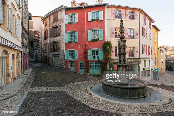 le puy en velay, rue des tables fountain - ルピュイ ストックフォトと画像