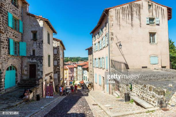 Le Puy-en-Velay : Street 'rue des tables' at the bottom of the Cathedral of Notre-dame-du-Puy. Registered as a Unesco World Heritage Site, this city...