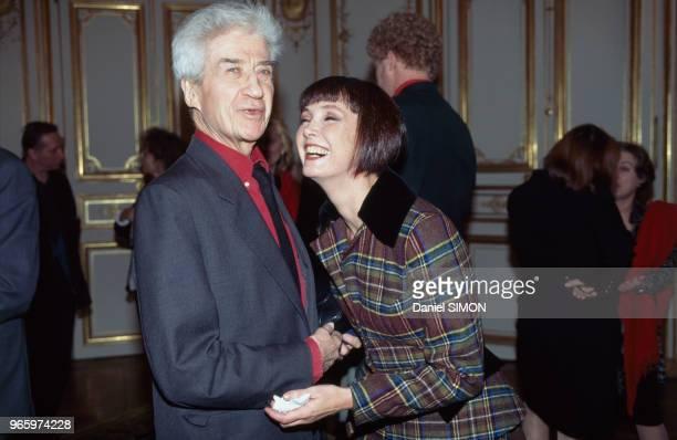 Le réalisateur Alain Resnais et l'actrice Sabine Azéma à l'Hôtel Matignon lors d'une remise de médailles par le Premier ministre Alain Juppé le 17...