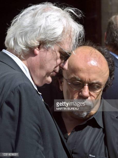 Le réalisateur Bertrand Tavernier et le metteur en scène Jean-Michel Ribes arrivent à l'église de Notre-Dame, le 13 août 2003 à Boulogne-Billancourt,...