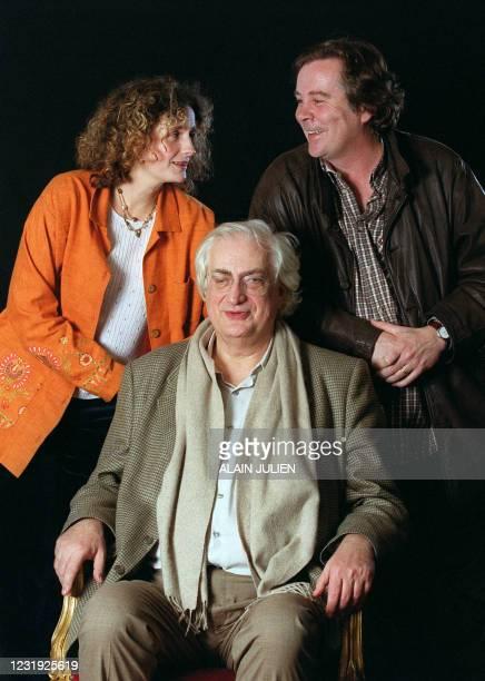 Le réalisateur Bertrand Tavernier pose pour le photographe avec sa fille Tiffany et l'écrivain Dominique Sampiero, le 06 décembre 2001 à Reims, dans...
