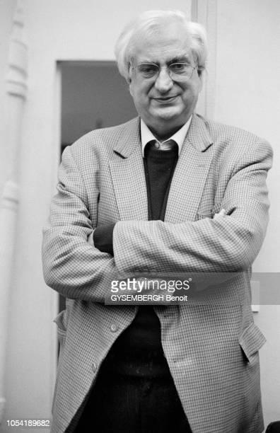 Le réalisateur Bertrand TAVERNIER pose pour Paris Match en novembre 2001.