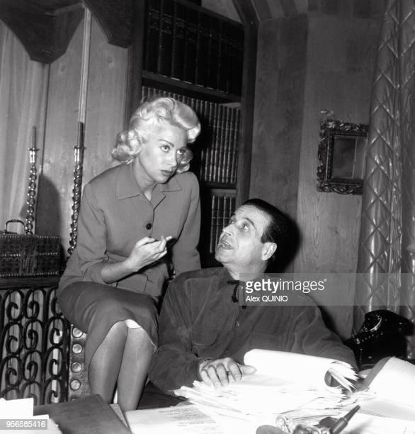 Le réalisateur ChristianJaque et sa femme Martine Carol travaillant sur un scénario circa 1950