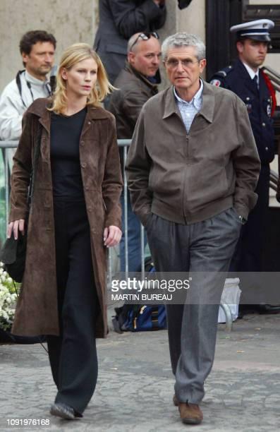 le réalisateur Claude Lelouch arrive le 25 avril 2003 au cimetière de Passy à Paris en compagnie de sa fille Sarah aux obsèques de Jean Drucker...