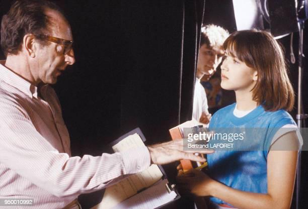 Le réalisateur Claude Pinoteau dirige Sophie Marceau sur le tournage du film 'La Boum II' en juillet 1982 France