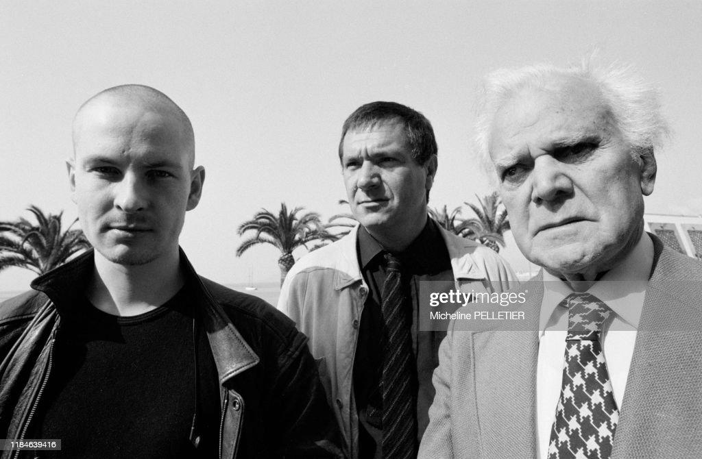 Lars von Trier, Michaël Elphick et Osmond Knight à cannes : News Photo