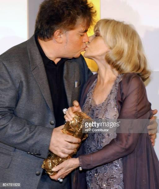 Le réalisateur espagnol Pedro Almodovar embrasse l'actrice fançaise Jeanne Moreau le 22 février 2003 au Théâtre du Chatelet à Paris lors de la 28e...