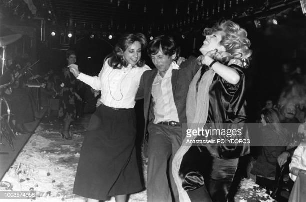 Le réalisateur francopolonais Roman Polanski danse pour la présentation de son film Tess le 25 février 1980 à Athènes Grèce