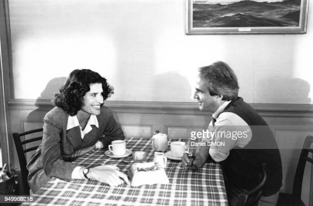 Le réalisateur François Truffaut et et l'actrice Fanny Ardant dans un café