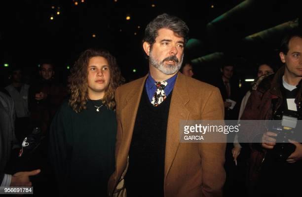 Le réalisateur George Lucas et sa fille Amanda à Euro Disney pour les 65 ans de Mickey en décembre 1993 France
