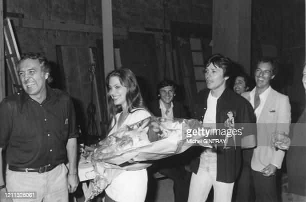 Le réalisateur Georges Lautner et les acteurs Ornella Mutti et Alain Delon sur le tournage du film 'Mort d'un Pourri' en juillet 1977 à Paris en...