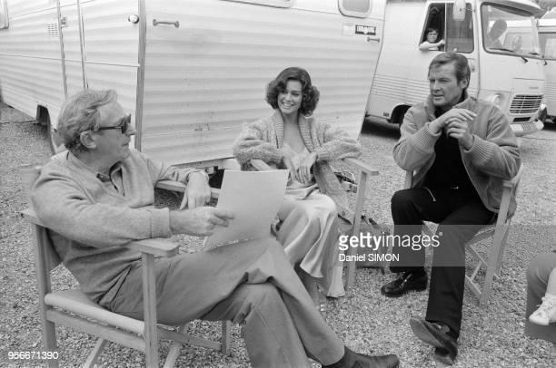 Le réalisateur Gilbert Lewis en compagnie de Corinne Clery et Roger Moore sur le tournage du James Bond 'Moonraker' en janvier 1979 à Paris.