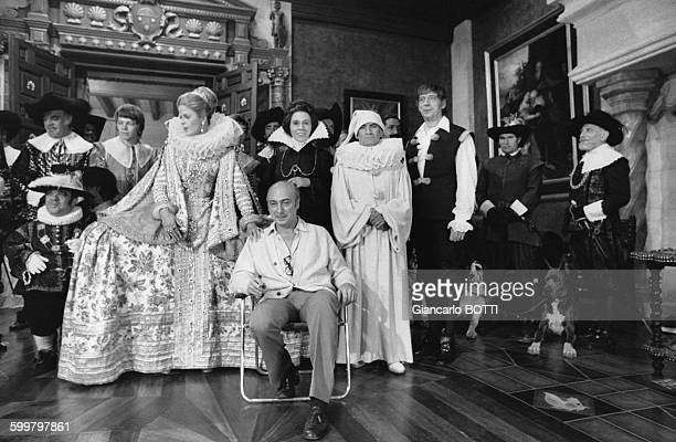 Le réalisateur Gérard Oury entouré des acteurs de son film 'La Folie des grandeurs' dont Karin Schubert Alice Sapritch Louis de Funès Yves Montand et...
