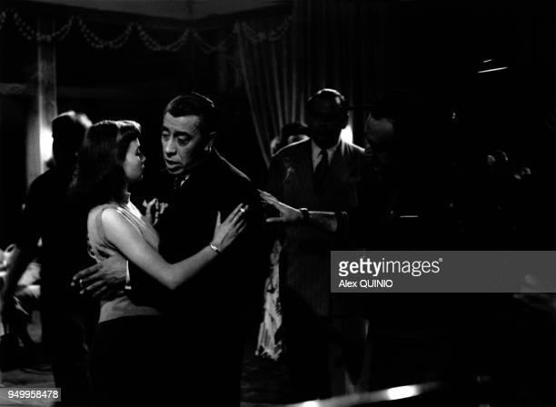 Le réalisateur Henri Verneuil et les acteurs Francoise Arnoul et Fernandel lors du tournage de son film 'Le Mouton a cinq pattes' en 1954