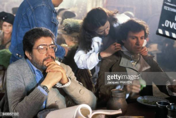 Le réalisateur italien Ettore Scola et l'acteur américain Harvey Keitel sur le tournage du film 'La Nuit de Varennes' en 1982 France
