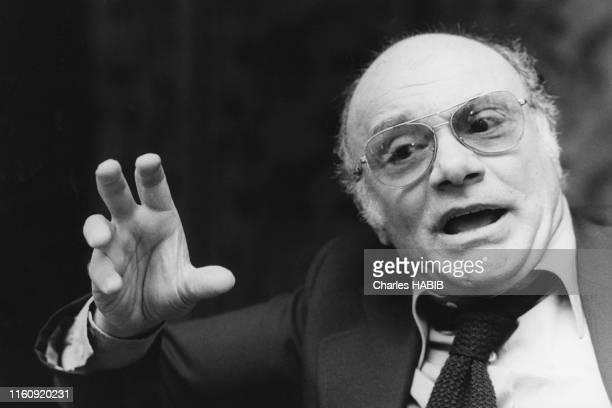 Le réalisateur italienFrancesco Rosi sur du tournage de son film 'Cadavres exquis' à Naples le 15 avril 1975, Italie.