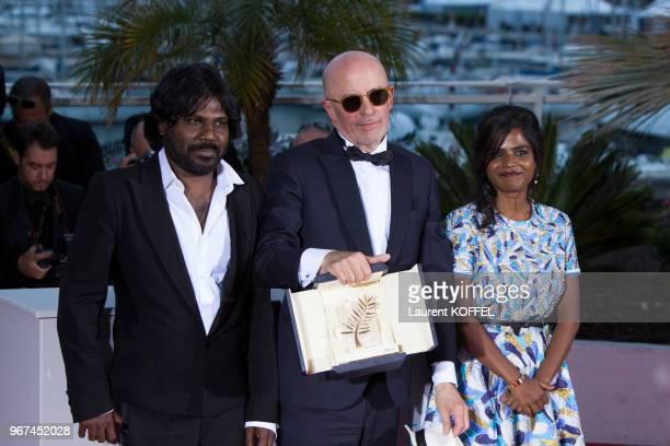 Le réalisateur Jacques Audiard, lauréat de la 'Palme d'Or' du festival du film de Cannes pour son film 'Dheepan' entouré de ses acteurs Kalieaswari...