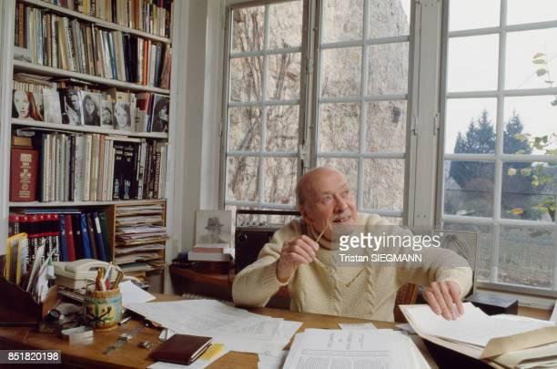 Le réalisateur Jean Dréville dans son bureau en décembre 1992 France