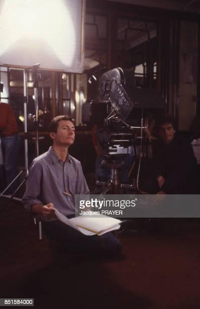 Le réalisateur JeanClaude Guiguet pendant le tournage du film 'Faubourg SaintMartin' en France le 14 janvier 1986