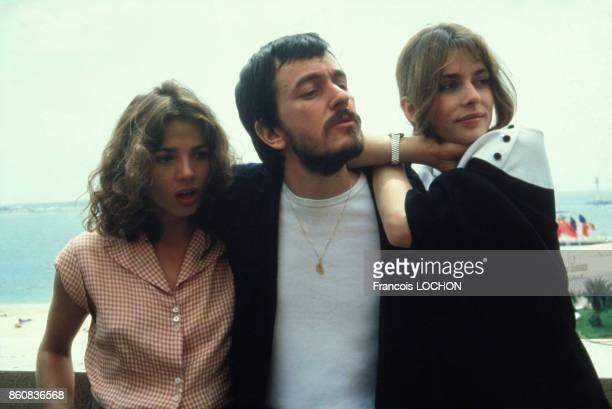 Le réalisateur JeanJacques Beineix avec les actrices de son film 'La Lune dans le caniveau' Victoria Abril et Nastassja Kinski au Festival de Cannes...