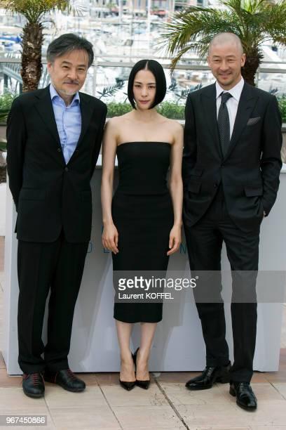 Le réalisateur Kiyoshi Kurosawa l'actrice Eri Fukatsu et l'acteur Tadanobu Asano lors du photocall du film 'Kishibe No Tabi' pendant le 68eme...