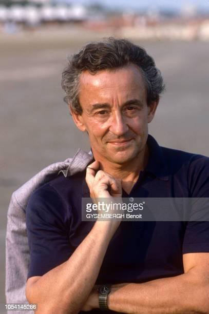 Le réalisateur Louis MALLE sur la plage à l'occasion du festival international du film de Venise Septembre 1987 Ici portrait en buste de face sur la...