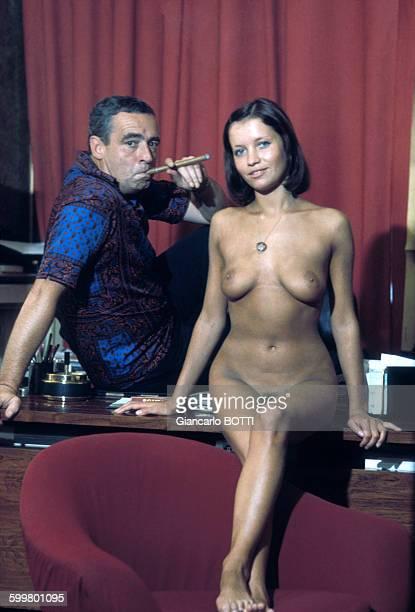 Le réalisateur Max Pécas et l'actrice Béatrice Harnois lors du tournage de la version pornographique de son film 'Félicia' en 1975 à Paris France