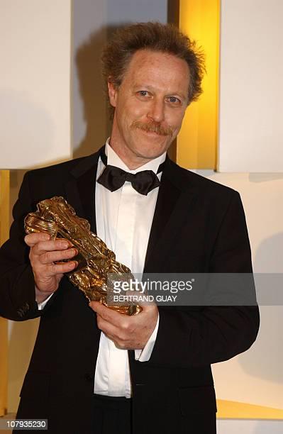Le réalisateur Nicolas Philibert pose pour les photographes après avoir reçu le César du meilleur montage pour son film Etre et avoir le 22 février...