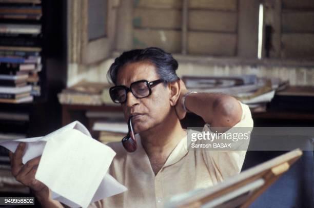 Le réalisateur Satyajit Ray chez lui à Calcutta le 10 avril 1982 Inde