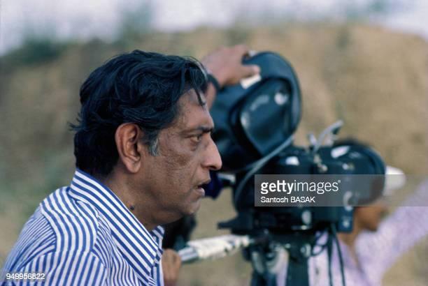 Le réalisateur Satyajit Ray lors du tournage du film 'Les Joueurs d'échecs' en juin 1977 Inde