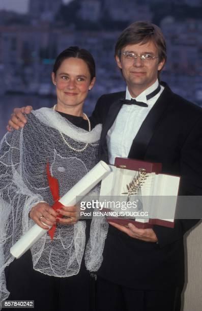 Le realisateur danois Bille August recoit la Palme d'or pour son film 'Les Meilleures intentions' et sa femme Pernilla le Prix d'interpretation...