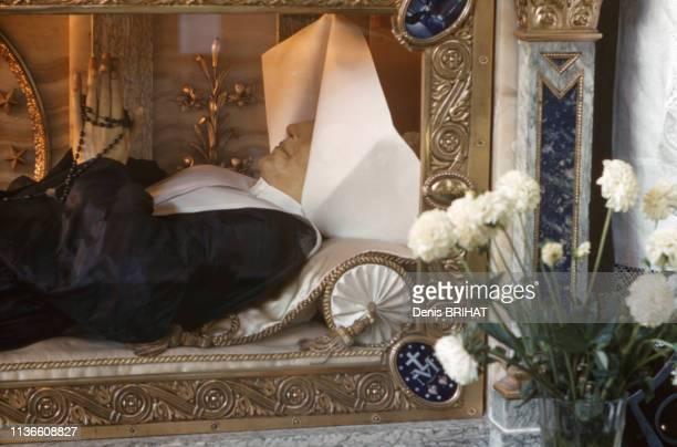 Le reliquaire de sainte Catherine Labouré dans la chapelle NotreDamedelaMédaillemiraculeuse à Paris France