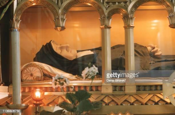 Le reliquaire de sainte Louise de Marillac dans la chapelle NotreDamedelaMédaillemiraculeuse à Paris France