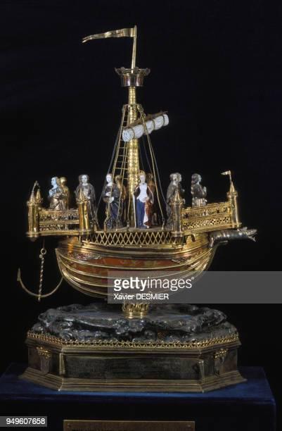 Le reliquaire de sainte Ursule provenant du trésor de la cathédrale NotreDame de Reims dans le palais du Tau dans la Marne France