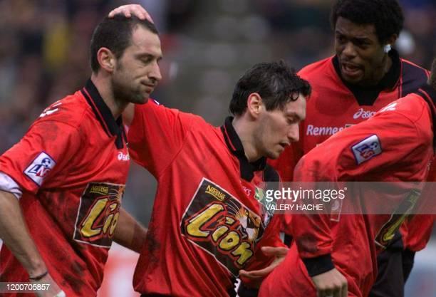 le Rennais Olivier Monterrubio sous le regard de Frédéric Piquionne félicite Christophe Le Roux qui vient de marquer un penalty le 27 janvier 2002...