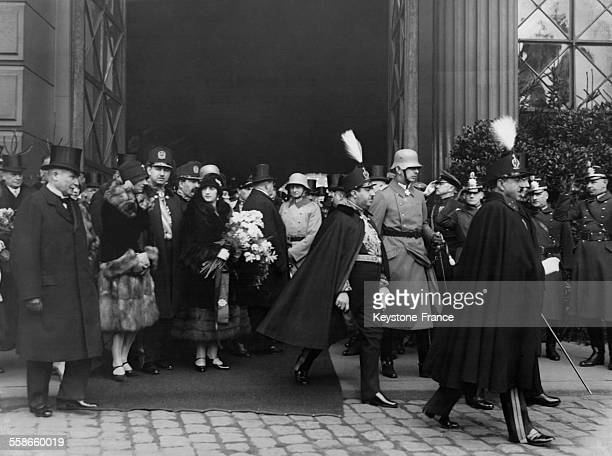 Le Roi Amanullah Khan et son épouse la Reine Soraya d'Afghanistan sont accueillis par le Président Hindenburg à la gare Lehrter pour un séjour...
