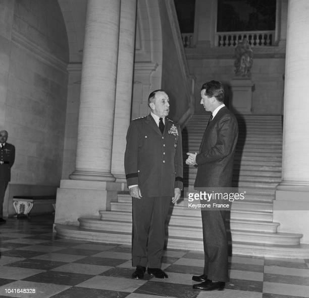 Le roi Baudouin discutant avec le général Lemnitzer commandant suprême des forces alliées en Europe lors de sa visite au château de Laeken à...