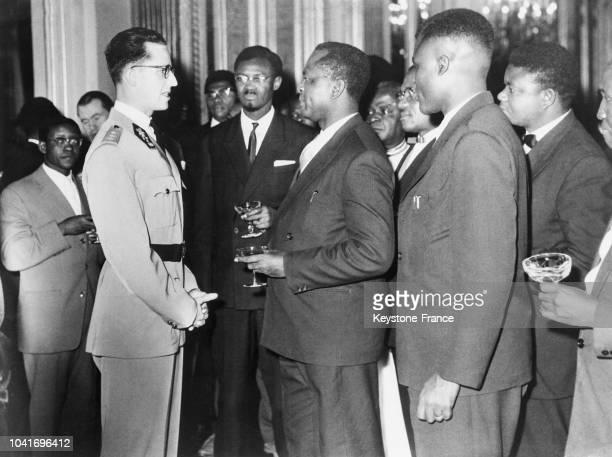 Le roi Baudouin discutant avec un groupe de Congolais au centre on reconnaît Monsieur Lumumba à Bruxelles Belgique en 1960