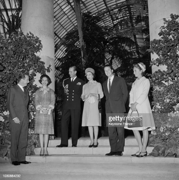 Le roi Baudouin la reine Fabiola le prince Philip la reine Elisabeth d'Angleterre le prince Albert et la princesse Paola visitent une serre à...